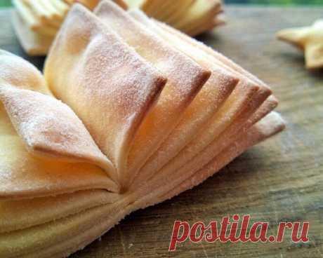 Печенье «Книжка»    Печенье подается в качестве дополнения к основным блюдам. Очень вкусно и эффектно. Уверены, вы удивите своих близких и гостей.    Ингредиенты:    Яйцо куриное — 1 шт.  Кефир — ½ стакана  Масло сливочное (размягченное ) — 70 г  Мука пшеничная — 2 стакана  Сахар — 1 ч. л.  Соль (можно добавить больше) — ½ ч. л.    Приготовление:    1. Из перечисленных продуктов делаем тесто. Тонко раскатываем. При желании можно добавить специи.  2. Режем на полосы одинако...