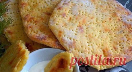 Финские картофельные лепёшки.  Для приготовления понадобится: картофель- 5-6 шт яйцо- 1 шт мука- 100 гр растительное масло- 1 стол ложка соль- 0,5 чайной ложки чёрный перец- по вкусу Картофель очистить и отварить до готовности,размять в пюре без комков,добавить соль,перец,яйцо и муку,замесить мягкое тесто. Стол присыпать мукой, тонко раскатать тесто ,вырезать с помощью тарелки лепёшки,наколоть их вилкой. Выложить лепёшки на противень застеленной пергаментной бумагой. Выпек...