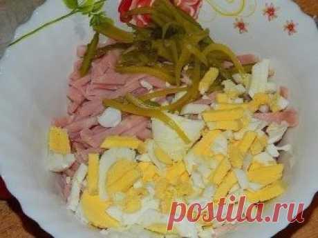 """Салат """"Праздничный"""". Салат из куриного мяса, ветчины, овощей и сыра получается очень вкусным и сытным. Вполне может занять своё место на праздничном столе.  Для приготовления салата потребуется:  вареное куриное мясо - 300 г; ветчина - 250 г; огурцы маринованные - 3-4 шт.; помидоры - 2-3 шт.; яйца - 3 шт.; сыр - 50 г; зелень; майонез.  1.Куриное мясо режем на кусочки, добавляем тертый сыр.  Режем соломкой ветчину и добавляем в салат.  2.Далее нарезанные соломкой огурцы и я..."""