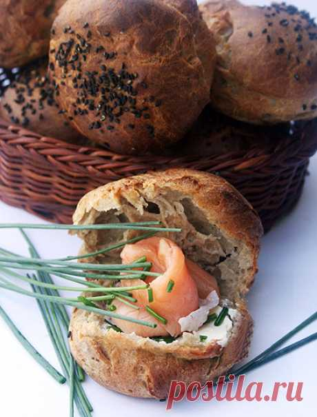 Scalded rye rolls with kremchiz and a fresh-salted salmon