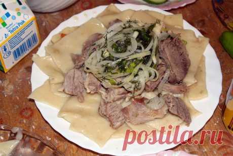 """Вкуснейший бешбармак и бауырсаки  1. Бешбармак буквально переводится с казахского """"пять пальцев"""", т.к. едят его руками! Другое название этого блюда - мясо по-казахски.  По сути, беш представляет собой обычную для кухонь множества нар…"""