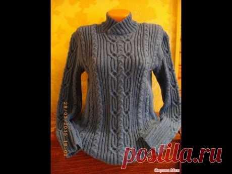 Пуловер рельефным узором спицами.