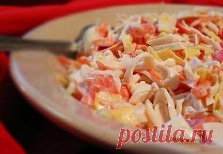 Салат «Красное море» 172ккал на 100г  Ингредиенты: кальмары — 250−300 г помидоры — 1−2 шт. сыр — 100−200 г чеснок — 1 зубчик сметана или натур. йогурт  Приготовление:  1. Кальмары очистить и отварить в подсоленной воде 1-2 минуты. Порезать соломкой. 2. Помидоры тоже порезать соломкой. 3. Чеснок выдавить через пресс. Сыр натереть на крупной терке. 4. Все перемешать и заправить сметаной