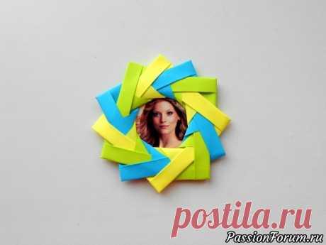 Фоторамка из бумаги. Оригами рамка для фотографий - запись пользователя Getera (Александра Смирнова) в сообществе Работа с бумагой в категории Оригами Фоторамка из бумаги в технике оригами - простая бумажная поделка, которую сделать легко и подарить приятно. Можно найти свою любимую фотографию и подарить мини фоторамку в качестве подарка. Мы использовали бумагу размером 8*8 см.