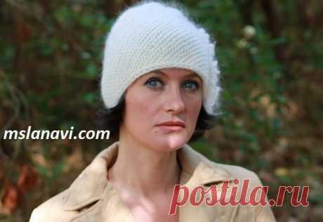 Вязаная шапочка по диагонали — просто и модно Красивая модная шапочка, связанная спицами по диагонали. Вяжется шапочка просто, а главное быстро. Учимся вязать шапочку по мастер-классу.