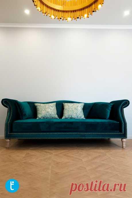 Прямой изумрудный диван, выполненный на заказ.