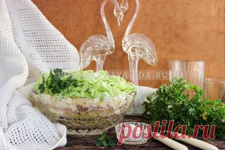 Салат «Лебединый пух»: в лучших традициях советской кухни Рецепт салата «Лебединый пух» родом из советского прошлого. Всё в лучших традициях того времени: используются сытные продукты (картофель, курица, яйца, сыр), которые выкладываются слоями и заправляются майонезом. Тем не менее этот салат из курицы с пекинской капустой остается популярным по сегодняшний день. Причина успеха в том, что готовится просто, из доступных продуктов, а главное — он действительно вкусный.