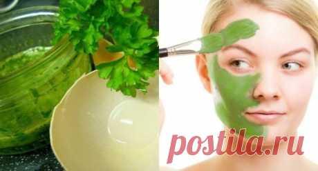 Петрушка и сметана помогут избавиться от морщин вокруг глаз Смешайте 2 ч. ложки сметаны с 1 ч. ложкой мелко нарубленной зелени петрушки.  Нанесите маску на кожу вокруг глаз, сверху накройте влажными ватными дисками. Смойте через 15 минут. Смешайте 1 ч. ложку меда с 1 яичным желтком. Нанесите на кожу век. Через 15 минут смойте. Кусочек мякиша белого хлеба смочите в чуть подогретом растительном масле.  Полученную массу наложите на кожу вокруг глаз, через 15 минут смойте теплой водой.