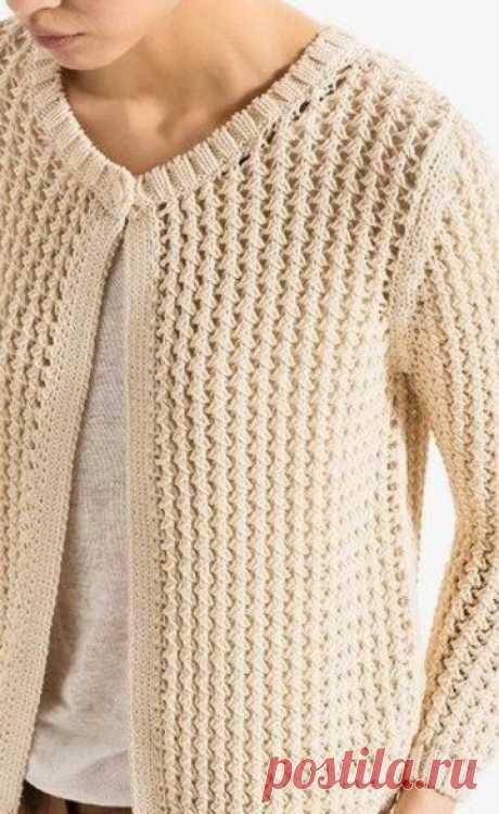 Простой плетёный и эффектный узор для кардигана    Кардиган, с плетеным узором связан спицами. Плетеный узор создает необходимую текстуру вязаного полотна и его визуальную многослойность. Для вязания этого узора необходимо четное количество петель.…