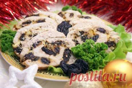 Куриный рулет с черносливом и сыром Приготовьте рулет с черносливом и сыром в качестве закуски, побалуйте своих гостей. И никому и не придет в голову, насколько легко и приятно он готовится.