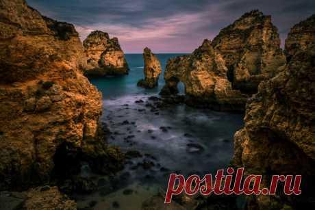 Ponta-sí-pedade — el cabo con la formación de las razas rocosas, que se encuentra cerca de la ciudad Lagush en el sur de Portugal. El autor de la foto – Evgeni Fabisuk: