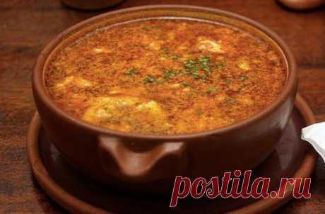 Как приготовить испанский чесночный суп              Чесночный суп с истинно средиземноморским духом не требует больших усилий и может стать вашим личным кулинарным шедевром.Вам понадобится: 2 ст.л. оливкового масла 8 больших зубчиков чес…