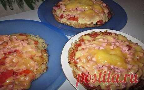 МГНОВЕННАЯ КАРТОФЕЛЬНАЯ ПИЦЦА НА СКОВОРОДКЕ! Приготовь пиццу за 10 минут! Ингредиенты: Для основы  3-4 картофелины среднего размера,  2 ст.ложки муки,  1яйцо, соль, перец. Начинка: 1. майонез, чеснок, 3 помидорки, колбаса, сыр (много сыра). 2. инструменты - тёрка, ножик, сковорода маленького диаметра, чеснокодавилка и РАСТИТЕЛЬНОЕ МАСЛО.  Приготовление: