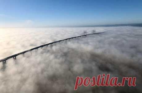 ФОТО ДНЯ. Второй Севернский мост, соединяющий берега Англии и Уэльса, в клубах утреннего тумана. Великобритания.