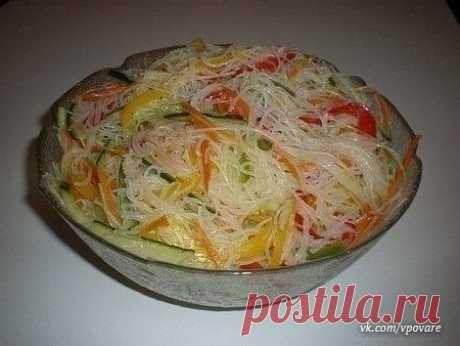 """""""Салат """"Фунчоза с овощами""""  Ингредиенты: - 200 г. лапши прозрачной рисовой - 3 шт. болгарского перца разного цвета - 2 моркови - 3-4 зубчика чеснока - масло растительное - 1 огурец свежий - 2 ч.л. уксуса - соль - соя (соевый соус)  Приготовление: 1. Лапшу надо сначала залить холодной водой и оставить постоять 10 мин., слить холодную воду, затем залить кипятком на 5 мин. и слить кипяток, промыть лапшу под проточной водой. Даем стечь. 2. Морковь и перец нарезать соломкой, п..."""