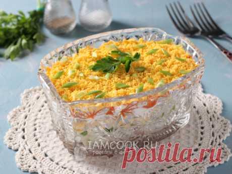 Салат «Печень трески под шубой» — рецепт с фото Сварить картофель, морковь и яйца, почистить. Выложить салат слоями: печень трески-картофель-зелёный лук-сыр-яичные белки-морковь-желтки.