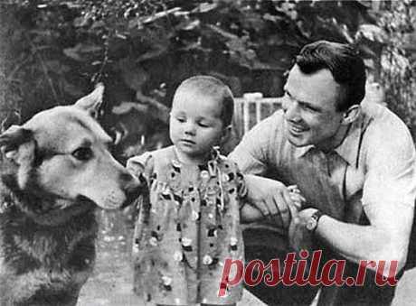 """༺🌸༻12 апреля - День космонавтики  """"Спасибо, Юра! Космос наш!""""  """"Нет у меня сильнее влечения, чем желание летать. Летчик должен летать. Всегда летать.""""  Юрий Гагарин.( на фото Юрий Гагарин с дочерью Леной)"""
