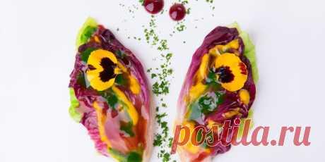 Cалат Бабочка - DYNASTY OF CHEFS Он изготовлен из радиккио и капустных листьев и украшен всякими увлекательными соусами и пюре, это смелое и яркое вегетарианское блюдо — это настоящий праздник вкуса.
