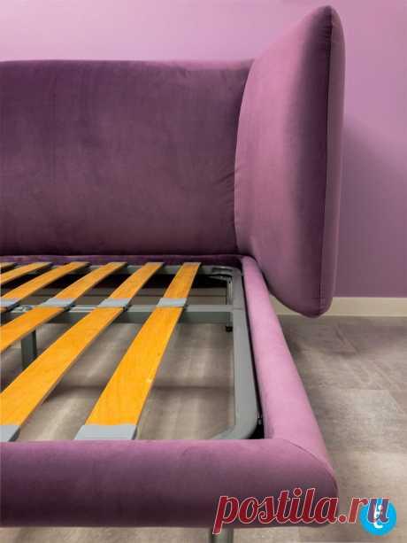 Сиреневая двуспальная кровать на деревянных ножках на заказ по индивидуальным размерам