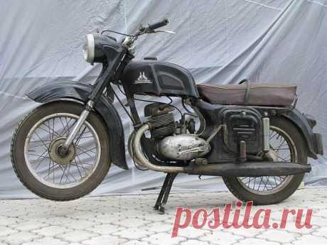 """Мотоцикл Ковровец Производство началось со 125-кубовых моделей, прототим которых являлась немецкая мототехника, которая, впрочем, бралась за основу и для всех остальных мотоциклов, производимых в СССР в послевоенное время. В период 1957-1965 было освоено производство 175-кубовых мотоциклов с двигателем мощностью 8-9,5 л.с. Дальнейшее продолжение серии было названо """"Восход""""."""