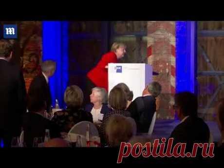 Меркель упала на сцене на Берлинской конференции - видео