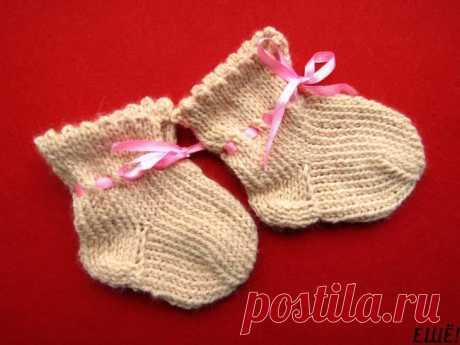 Учимся вязать! Мастер-класс: как связать спицами тапочки-носочки для детей Для малыша можно связать оригинальные носочки-тапочки, которые будут не только красивыми на вид, но еще и практичными, и теплыми. Используем тонкую полушерстяную пряжу нежного оттенка для вязания. И...