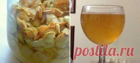 Яблочный сидр  Ингредиенты:  Яблоко 1,5–2 кг Сахар 150–200 г Изюм 1 ст. л.  Приготовление:  Яблоки переберите, удалите семенные коробочки, нарежьте тонкими ломтиками. Поместите дольки в 3-литровую банку, чтобы они наполнили ее почти доверху, пересыпьте изюмом.  Засыпьте яблоки сахаром. На горлышко банки наденьте медицинскую перчатку и уберите емкость на неделю в темное место.  Спустя отведенное время банку достаньте, перчатку снимите. Образовавшуюся жидкость процедите в ст...