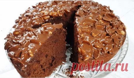 Простой шоколадный пирог с глазурью и арахисом