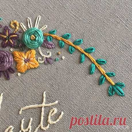 𝕥𝕙𝕣𝕖𝕒𝕕𝕪 𝕡𝕦𝕝𝕤𝕖 𝕖𝕞𝕓𝕣𝕠𝕚𝕕𝕖𝕣𝕪 в Instagram: «Tiny French knots using one strand of thread to add a little texture to this border. Music by Jeff Kaale. Happy Friday y'all! New hoop on…»