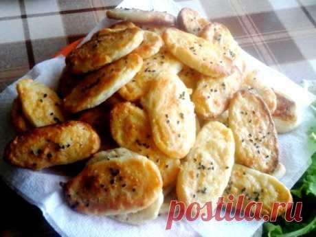 Как приготовить соленое сырное печенье Приготовьте сырное печенье – отличную основу для канапе на шпажках на фуршетах и домашних праздниках