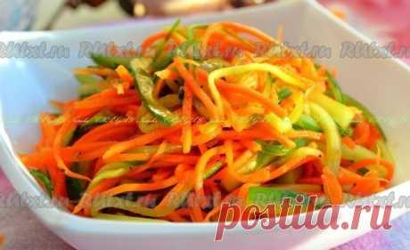 Салат из моркови и свежего огурца  Салат из моркови и свежего огурца - очень вкусный, легкий, с пикантной остренькой заправкой. Отлично сочетается с мясными и рыбными блюдами. Готовится блюдо достаточно просто, но его интересный вкус приятно порадует многих. Для приготовления салата из моркови и свежего огурца потребуется: 1 крупная морковь; 1 крупный огурец. Для заправки: 4 ч. л. растительного масла; 2 ч. л. соевого соуса; 1-2 зубчика чеснока; 1 ч. л. сахара; 0,5...