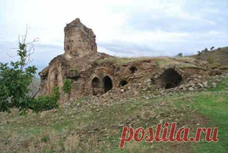 Ախպերիկ վանքը․․․Խութ,Սասուն,Արևմտյան Հայաստան։ Դաշտադեմ,գյուղ Արևմտյան Հայաստանում,Բիթլիսի վիլայեթի Խութ-Բռնաշենի գավառակում: Բիթլիսի փոխնահանգապետ Սալիհ Ալթունը 2014թ. խոստովանել է,որ ինքը թշնամությամբ է լցված ներկայիս Թուրքիայի տարածքում հայկական ժառանգության նկատմամբ: Ըստ «Ակոս»-ի,Բիթլիսի փոխնահանգապետը հայտարարել է քաղաքում Սուրբ Ախպերիկ հայկական վանքը վերականգնվելու կապակցությամբ:Եթե չեմ սիրում մարդուն,նրա կառուցած շենքն էլ չեմ սիրում:Ինչո՞ւ պետք է այն պահպանեմ,-նկատի ունենալով հայերին: