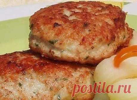 Исключительно вкусные котлеты  Ингредиенты:  1. Мясной фарш – 500 г. 2. Лук – 1 шт. 3. Белый хлеб – 3 кусочка 4. Нарезанная петрушка – 2 ст.л. 5. Порошок горчицы – 1 ч.л. 6. Яйца – 2 шт. 7. Холодная вода – 3 стакана 8. Растительное масло, соль, черный молотый перец  Приготовление:  1. Лук нарезаем крупными ломтиками. Предварительно замачиваем кусочки белого хлеба в воде. Подготавливаем кухонный комбайн или блендер. В чаще смешиваем лук, отжатый белый хлеб и мелко нарезанну...