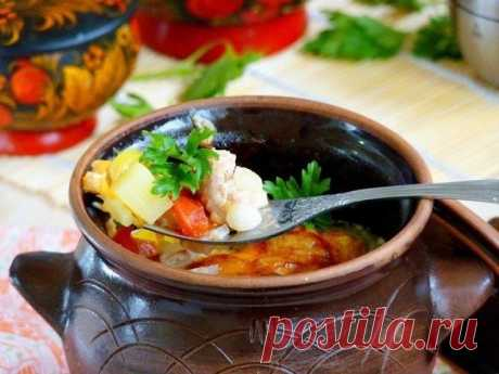 Жаркое в горшочках  Ингредиенты:  свинина - 700 г картофель - 5 шт. лук (крупный) - 1 шт. морковь (крупная) - 1 шт. перец болгарский - 1 -2 шт. помидоры - 2-3 шт. сметана - 200 г прованские травы - по вкусу перец черный - по вкусу соль - по вкусу сыр - 200 г зелень - по вкусу  Приготовление:  1. Мясо порезать небольшими кусочками, посолить, поперчить, добавить итальянские травы и оставить мариноваться минут на 30. 2. Подготовить овощи: картофель очистить и нарезать небольш...