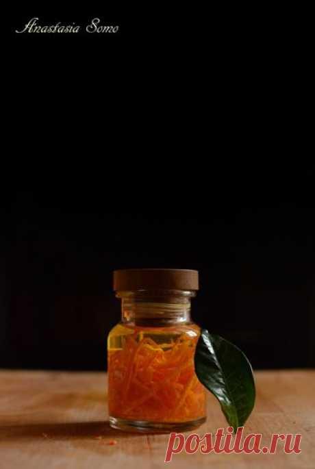 Апельсиновая эссенция Аромат апельсина теперь всегда под рукой. :) 75 мл водки, 1 апельсин. Баночку с плотной крышкой простерилизовать. Апельсин помыть с щёткой и снять с него цедру. Цедру положить в баночку, залить водкой и закрыть крышкой. Поставить на солнце на два дня. Далее хранить в шкафу. Через один-два месяца…