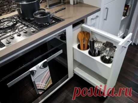 При заказе кухонного гарнитура не следует пренебрегать узкими выдвижными ящиками: они пригодятся для хранения мелких аксессуаров, бутилированной воды, ножей и половников.