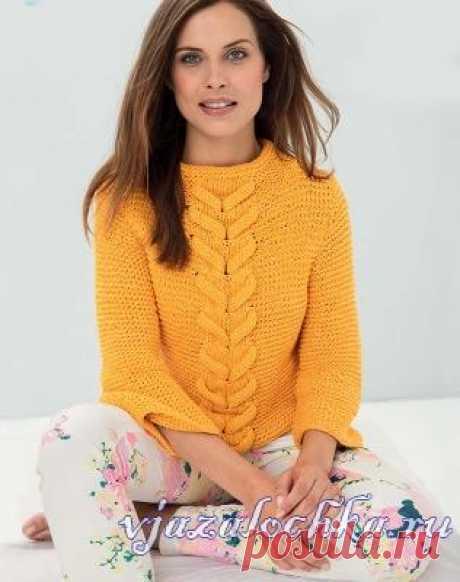 Жёлтый женский пуловер связаный спицами.