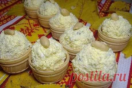 Закуска на УРА! Готовлю на каждый праздничный стол Я даже не знаю, что может быть лучше! вафельные корзинки — 1 упаковка маринованные опята — 100 грамм плавленый сыр — 2 штуки яйца вареные — 5 штук чеснок — 2 зубчика майонез — 1 ст. л. Приготовление: Маринованные грибы нарезаем мелко. Отделяем желтки от белков и натираем на среднюю терку белки и добавляем к грибам. Чеснок пропускаем через пресс. Натираем плавленные сырки на средней терке. Заправляем все майонезом и хорошо перемешаем. Выкладываем