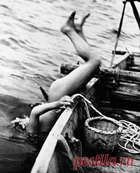 На протяжении многих веков у берегов Японии работают ама – ныряльщицы, зарабатывающие на жизнь поиском жемчуга. Сегодня некоторым из них уже за 80, но они продолжают свое дело.