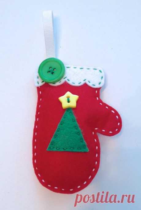 (127) DIY Christmas Tree Felt Mitten Ornament KIT by StampandScrap, $4.00 | Ideias Natal