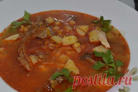 Гороховый суп - Вкусно с Любовью - медиаплатформа МирТесен На 6-8 порций потребуется:- 500 граммов сушеного гороха ,-200 граммов моркови ,-150 граммов лука ,-50 граммов растительного масла ,-500г хороших свиных ребрышек,-150 граммов копченых колбасок ,-2,5 литра воды ,-2 чайных ложки соли ,Укроп Сухарики Это очень популярный в России густой суп-пюре.