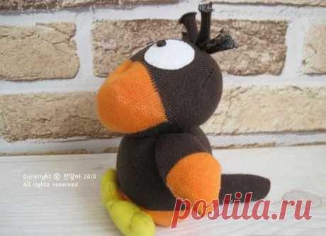 Ворона из носков. МК - mmodnaya.ru Ворона – очень милая птица. Такую игрушку-ворону можно сделать своими руками из носков, и этот мастер-класс демонстрирует, как это сделать. 2. 3. 4. 5. 6. 7. 8. 9. 10. 11. …
