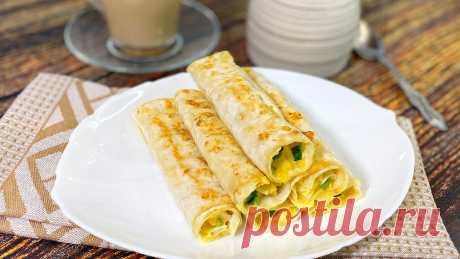 Трубочки из тонкого лаваша с начинкой из сыра, яиц и зелёного лука.