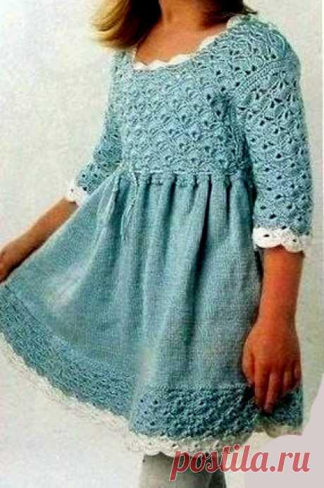 Платье для девочки. Крючком и спицами Вязаное платье для девочки. Кокетка и отделка выполнены крючком ажурным узором, юбка - с