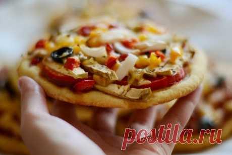Кукурузные мини-пиццы — овощные и не очень | Любимые рецепты