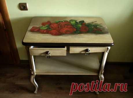 Зачем же выбрасывать? Новая жизнь старого стола - понадобится лишь краска и красивая ткань. И умелые руки!
