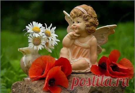 Поиск Фото по Статуэтка ангелочка рядом с земляникой в вазочке
