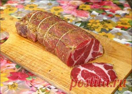 Любимая полендвица   Покупаем хорошее мясо — в магазинах оно называется «вырезкой» или мясом «для отбивных» (я люблю, чтобы там был всего лишь миллиметровый слой сала по краешку, но моя коллега использует и шею, потому что любит сальные прожилки).   Кстати, это будет чуть ли не вдвое дешевле, чем покупать полендвицу готовую — а уж разница во вкусе!   Итак, покупаем. В тот же день начинаем многодневный процесс готовки.   Кипятим три литра воды. В кипяток всыпаем пол-литра к...