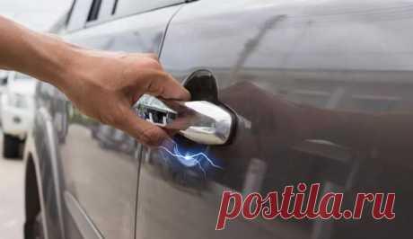По каким причинам автомобиль «бьется током»? | AUTO-TIP Наверное, каждый автовладелец сталкивался с такой ситуацией, когда, дотрагиваюсь до дверной ручки автомобиля или других кузовных панелей, они получали лёгкий удар током. Каждый из нас находит…
