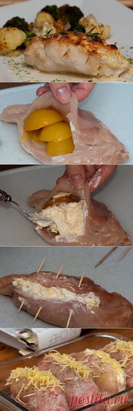 Фаршированные куриные грудки =4 куриных грудки 240гр консервированных абрикосов (можно персиков не принципиально) 100-150 гр твердого сыра (у меня гауда средней выдержки) 2 зубчика чеснока 2-3 ст.л. сметаны Соль, специи по вкусу Тертый пармезан (факультативно)